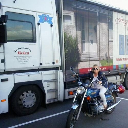 mujer-camionera-transporte-mercancias-carretera
